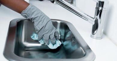 Pessoa limpando a casa para conter a proliferação do coronavírus