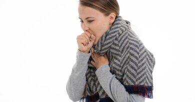 Mulher com tosse leve.