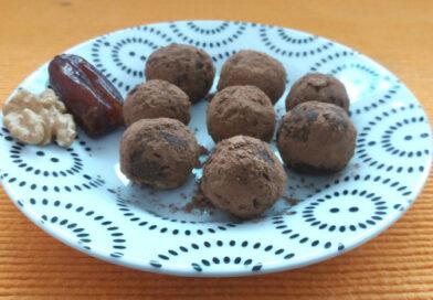 Snacks saudáveis: receita de trufas de tâmara e cacau