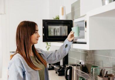 Mito ou Verdade: esquentar comida no micro-ondas faz mal à saúde?