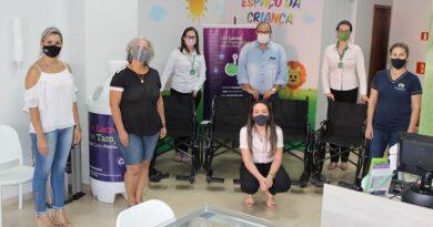 Unimed Cascavel entrega cadeiras de rodas