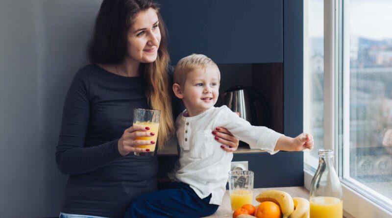 Alimentação saudável de mãe para filho